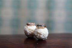 Обручальные кольца на конфете Raffaello Стоковое фото RF