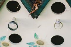 Обручальные кольца на колышках Birdhouse Стоковое Изображение