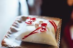 Обручальные кольца на крошечной подушке Стоковая Фотография RF