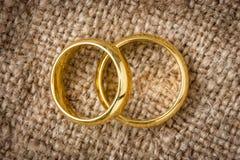 Обручальные кольца на мешковине Стоковое Изображение