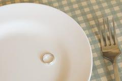 Обручальные кольца на плите с вилкой Стоковые Фотографии RF