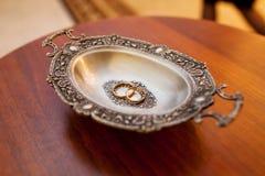 Обручальные кольца на плите Стоковые Изображения RF