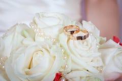 Обручальные кольца на розе Стоковая Фотография