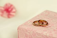 Обручальные кольца на розовой подарочной коробке Стоковые Фотографии RF