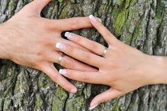 Обручальные кольца на руках пар Стоковые Фото