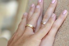 Обручальные кольца на руках Стоковые Фотографии RF