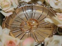 Обручальные кольца на серебряном подносе Стоковое Фото