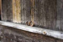 Обручальные кольца на серой деревянной предпосылке Стоковые Изображения RF