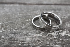 Обручальные кольца на старой древесине Стоковое Фото