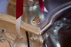 Обручальные кольца на таблице, конец золота вверх Стоковое фото RF