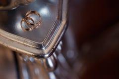 Обручальные кольца на таблице, конец золота вверх Стоковые Фото