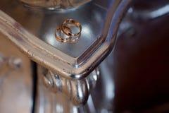 Обручальные кольца на таблице, конец золота вверх Стоковые Изображения RF