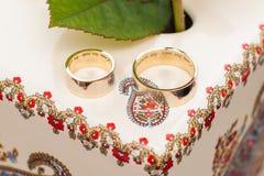 Обручальные кольца на таблице Стоковые Изображения