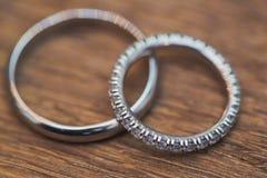 Обручальные кольца на таблице Стоковые Фотографии RF