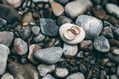 Обручальные кольца на утесах Стоковое Изображение RF