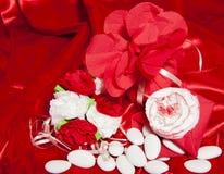 Обручальные кольца на цветастой ткани Стоковые Фотографии RF