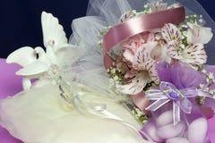 Обручальные кольца на цветастой ткани Стоковое Фото