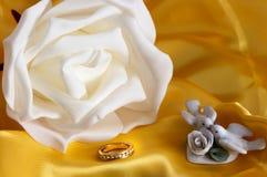 Обручальные кольца на цветастой ткани Стоковое Изображение