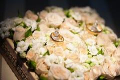 Обручальные кольца на цветке подняли Стоковая Фотография RF