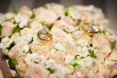 Обручальные кольца на цветке подняли Стоковые Изображения