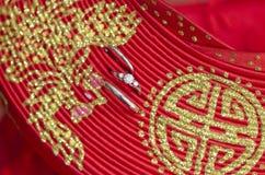 Обручальные кольца на шляпе Ao dai Стоковые Фотографии RF