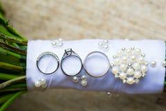 Обручальные кольца на bridal букете Стоковые Фотографии RF