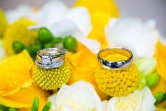 Обручальные кольца на bridal букете Стоковые Изображения