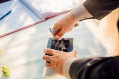 Обручальные кольца новобрачных Кольца золота захвата Стоковое Изображение RF