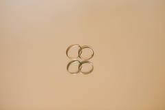 Обручальные кольца новобрачных на зеркале Стоковая Фотография RF