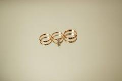 Обручальные кольца новобрачных на зеркале Стоковые Изображения