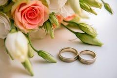Обручальные кольца около букета Стоковые Изображения RF