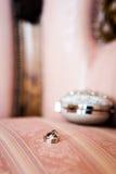 Обручальные кольца приближают к шкатулке для драгоценностей Стоковая Фотография RF