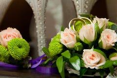 Обручальные кольца, розы, ботинки ` s женщин Стоковое фото RF