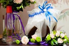 Обручальные кольца, розы, ботинки ` s женщин Стоковые Изображения RF