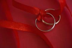 Обручальные кольца с красной лентой Стоковое фото RF