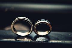 Обручальные кольца с сапфирами Стоковое Изображение RF