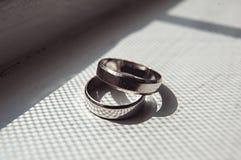 Обручальные кольца Scrached белого золота на силле окна Стоковое Изображение RF