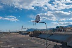 Обручи баскетбола на спортивной площадке Стоковая Фотография