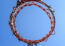 Обруч баскетбола с голубым небом стоковые изображения