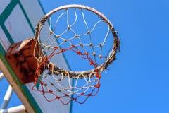 Обруч баскетбола с голубым небом стоковое фото