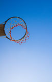 Обруч баскетбола в небе стоковое фото rf