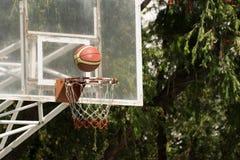 Обруч баскетбола с баскетболом Стоковая Фотография