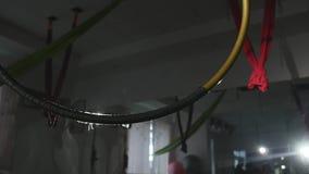 Обруч воздуха трясет в зале сток-видео