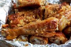 Обруч зажаренный цыпленком с алюминиевой фольгой Стоковое Фото