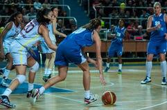 обруч игры летания баскетбола шарика Стоковые Фото