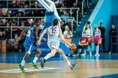 обруч игры летания баскетбола шарика Стоковая Фотография RF