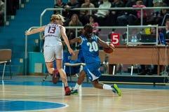 обруч игры летания баскетбола шарика Стоковые Изображения