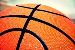 обруч игры летания баскетбола шарика Стоковые Фотографии RF