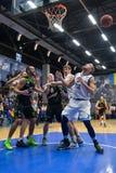 обруч игры летания баскетбола шарика Стоковое Фото