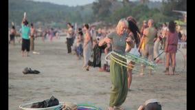 Обруч извива людей на пляже видеоматериал